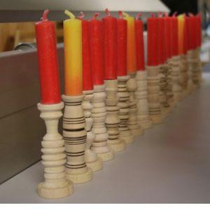 Kinder basteln Winter Kerzen drechseln