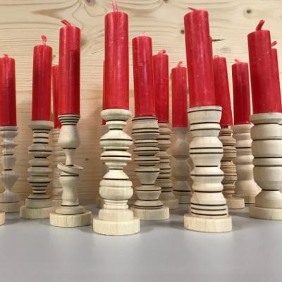 Kinder drechseln Kerzenständer
