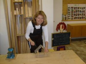 Annemarie Dettendorfer in der Amedi-Kinderholzwerkstatt