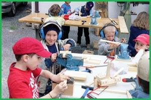 Fantasiewerkstatt - Kinder beim Handwerken