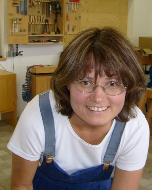 Großansicht in neuem Fenster: Annemarie in der Werkstatt